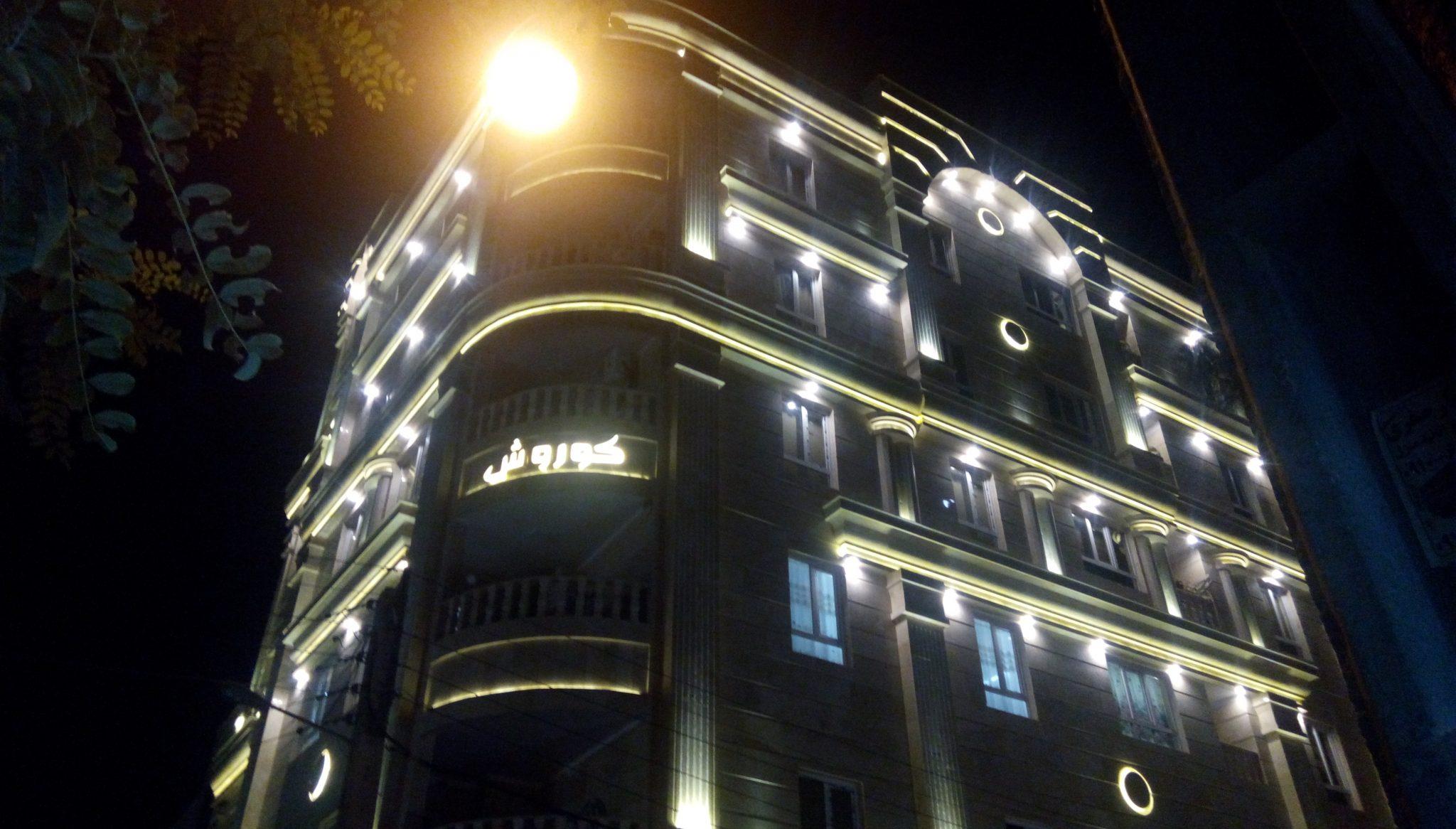 پیچ و رولپلاک نما تهران راپل بر آن است که خدمات نورپردازی خود را در تمام نقاط تهران و کرج ارائه دهد. نورپردازی نما جلوه بسیار زیبای به نما در شب می دهد.