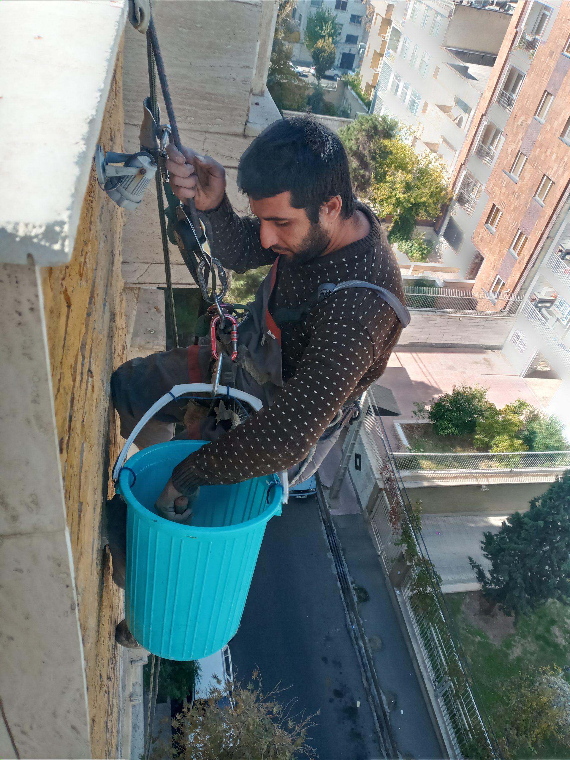 رزین سنگ نما بدون داربست|قیمت رزین سنگ نما با طناب یکی از خدمات نما تهران راپل می باشد. رزین به عنوان ماده ای برای ترمیم سنگ های نما مورد استفاده قرار می گیرید. ترهان راپل مجری رزین نما با طناب در تهران و کرج می باشد.