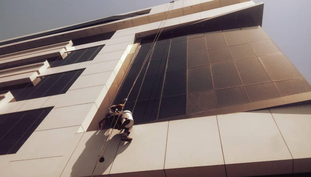 پیچ و رولپلاک نما در اصفهان یکی از خدمات مهم شرکت تهران راپل برای اسکوپ سنگ های نمای ساختمان است.