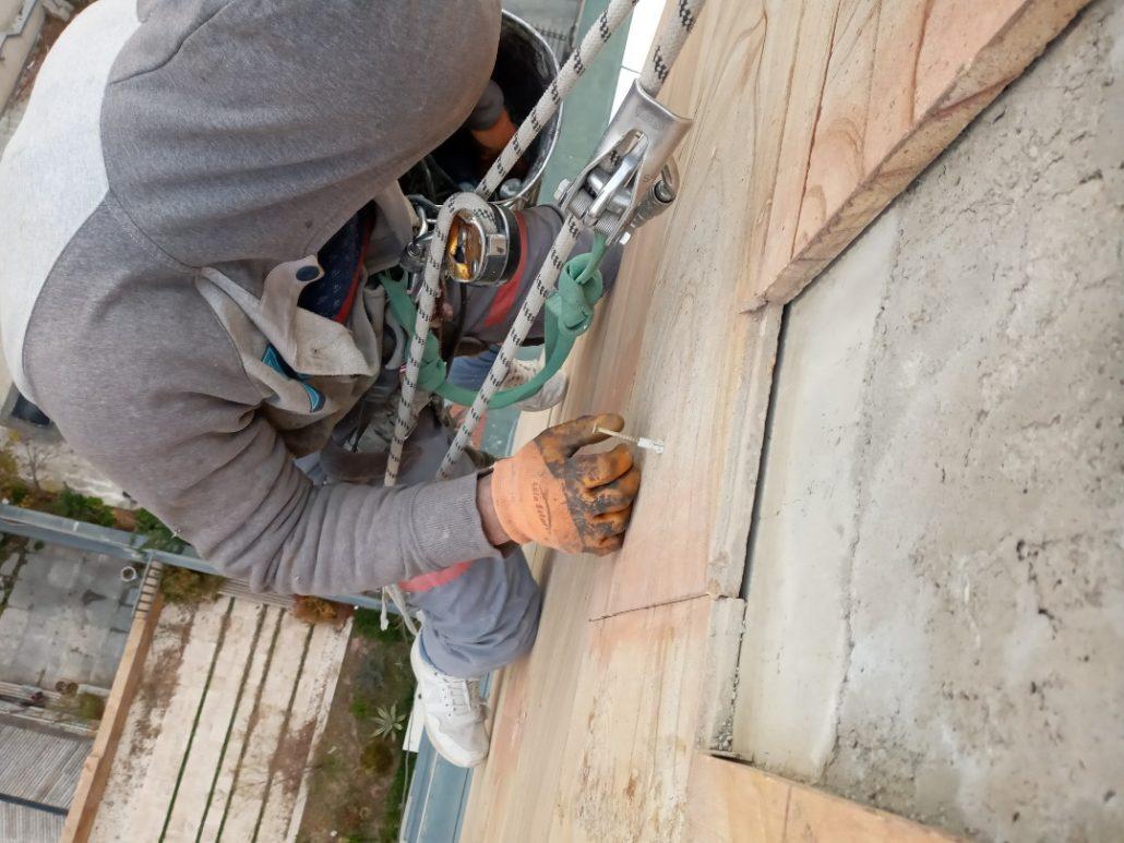 پیچ و رولپلاک سنگ نما یک روش و متدد مناسب برای تثبیت سنگ های نما و پیشگیری از سقوط آنها است.